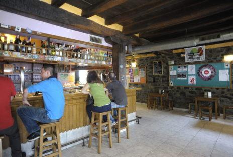 Varias personas en la 'herriko' de Leiza.