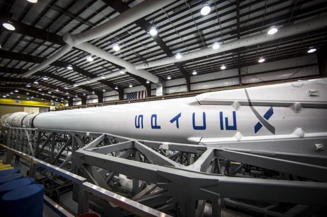El cohete Falcon 9 en el hangar de Cabo Cañaveral.