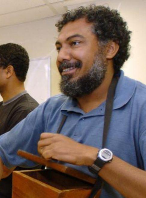 El percusionista peruano Rafael Santa Cruz mientras toca el cajón...