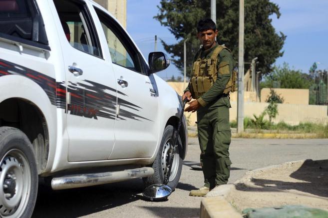 Militares kurdos controlando artefactos bomba en la ciudad de Kirkuk.