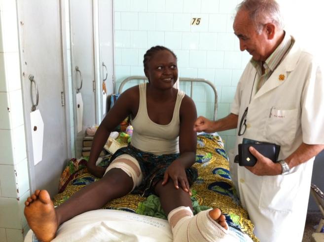 Miguel, en una foto de archivo, charla con una paciente en un hospital...