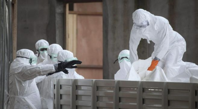 Enfermeras preparándose para preparar los cuerpos de víctimas por el...