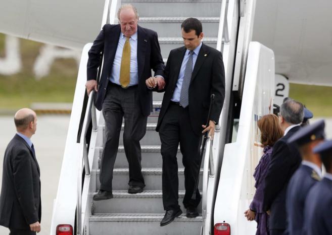 El rey Juan Carlos baja del avión a su llegada a Colombia.