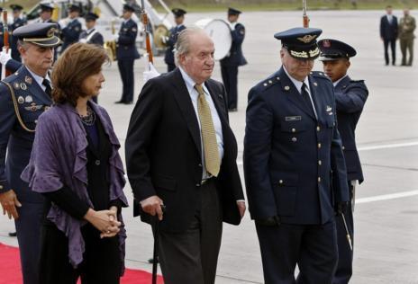 El rey Juan Carlos acompañado por la canciller colombiana, María...