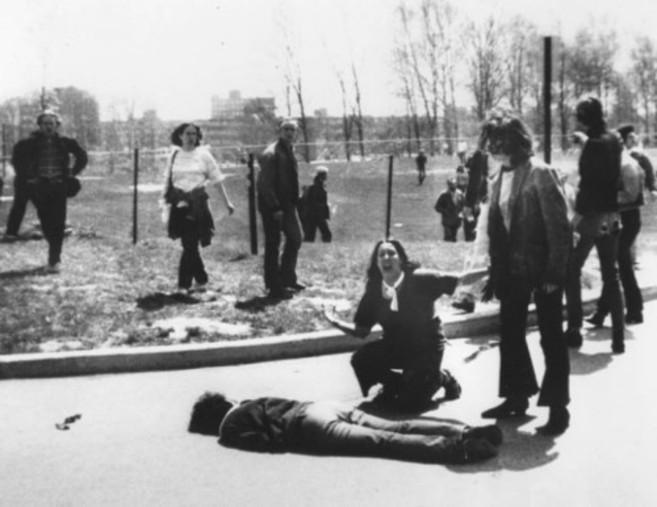 Un joven permanece en el suelo de la Universidad de Kent mientras sus...