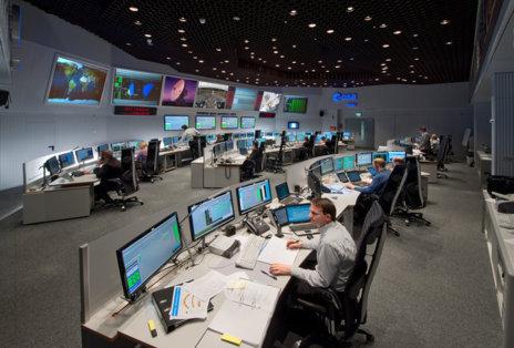 Los ingenieros de la ESA en el centro de control ESOC de Darmstadt, en...
