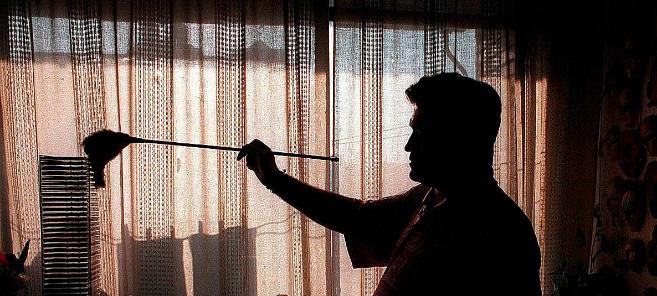 Un hombre realizando tareas del hogar