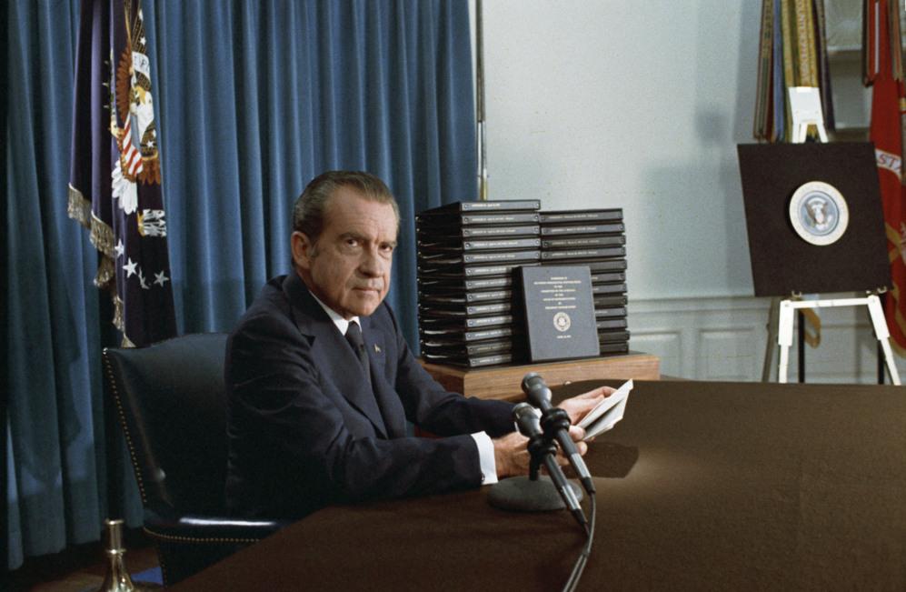 El entonces presidente entrega las cintas y las transcripciones de las...