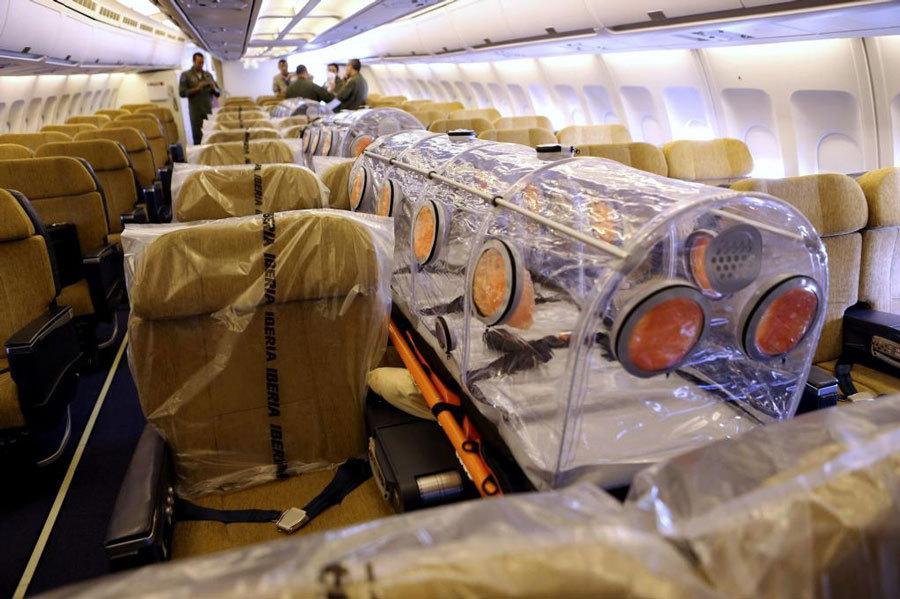Interior del avión que transportará al religioso infectado de...