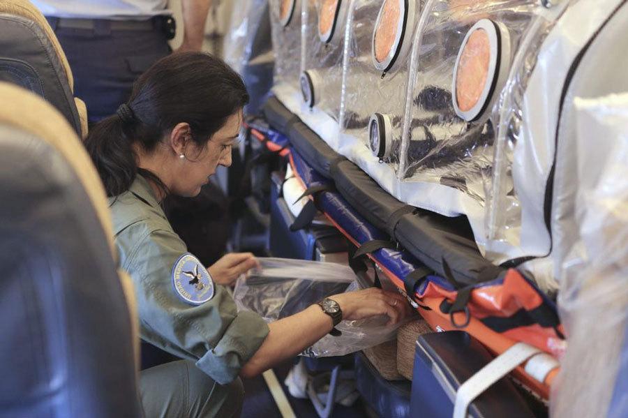 Una operaria prepara el sistema del avión medicalizado.