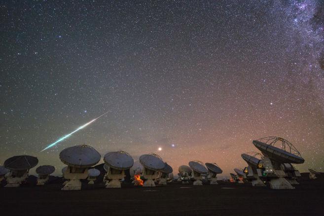 Una estrella fugaz sobre ALMA, Atacama