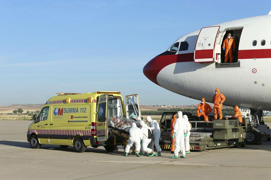 El religioso infectado por el ébola es transportado a la ambulancia.