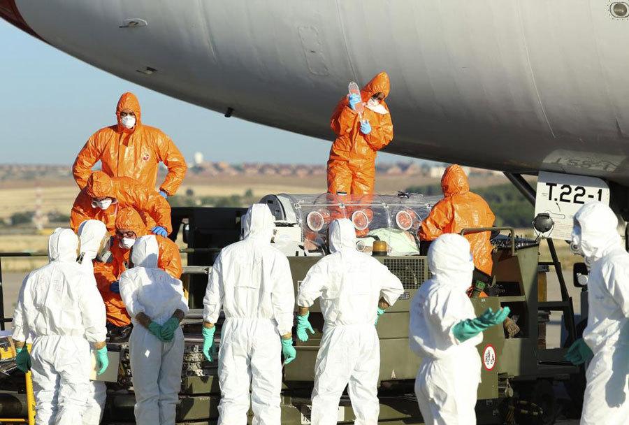Los operarios trasladan la camilla que transporta a Miguel Pajares.