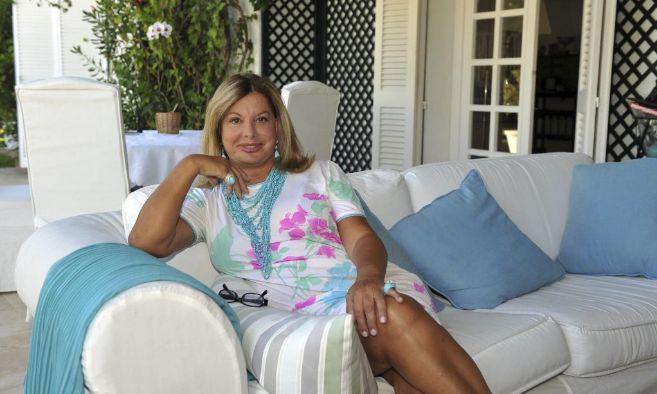 Olivia Valere posa en la terraza de su espectacular casa en la...