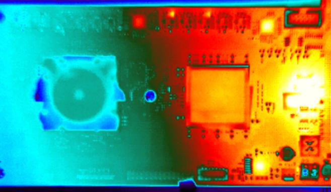 Esta imagen térmica muestra una placa con dos chips, el nuevo...