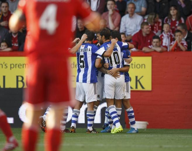 Los jugadores de la Real celebran uno de los goles.