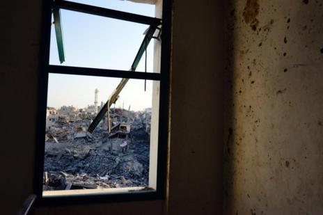 Imagen desde el interior de un edificio del barrio de Shejaiya, en la...