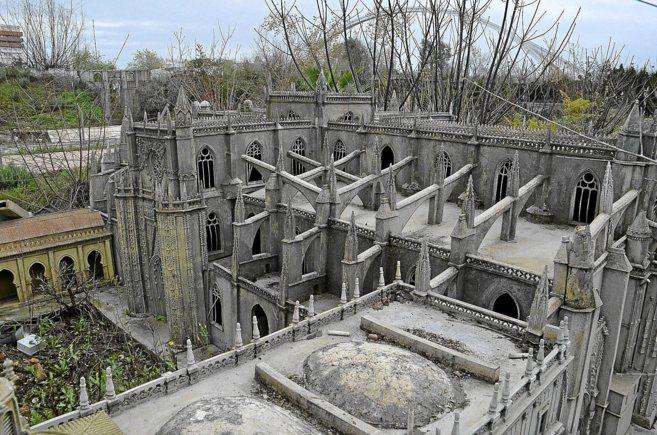 La maqueta de la Catedral, muy deteriorada, y sin la Giralda, rota en...