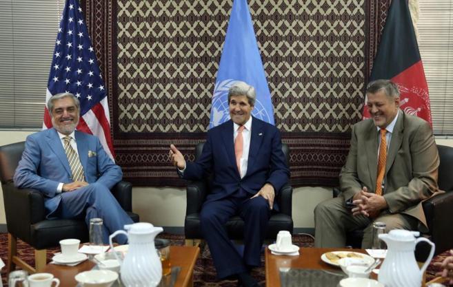 El titular de Exteriores y el candidato Abdullah, durante el anuncio...