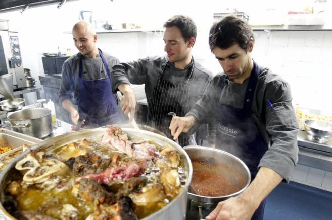 Cocina del restaurante Triciclo mientras preparan uno de sus platos.