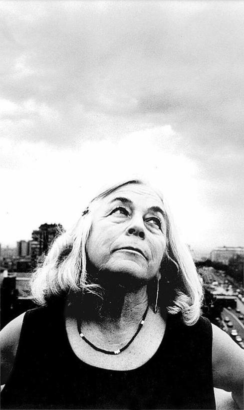 Carmen Martín Gaite, apoyada en el balcón de su casa madrileña de...