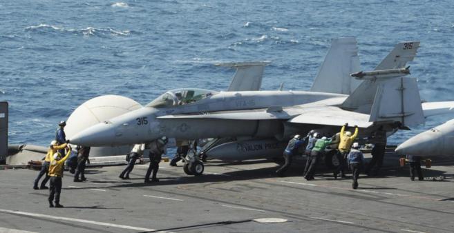 Un avión se prepara en el portaaviones George W. Bush para atacar...