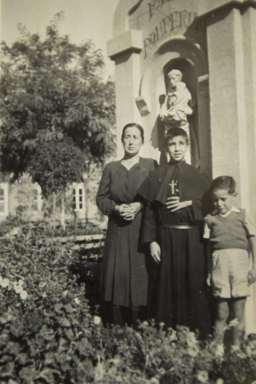 Miguel con su madre Marcelina y su hermano Emilio. Tenía 13 años.