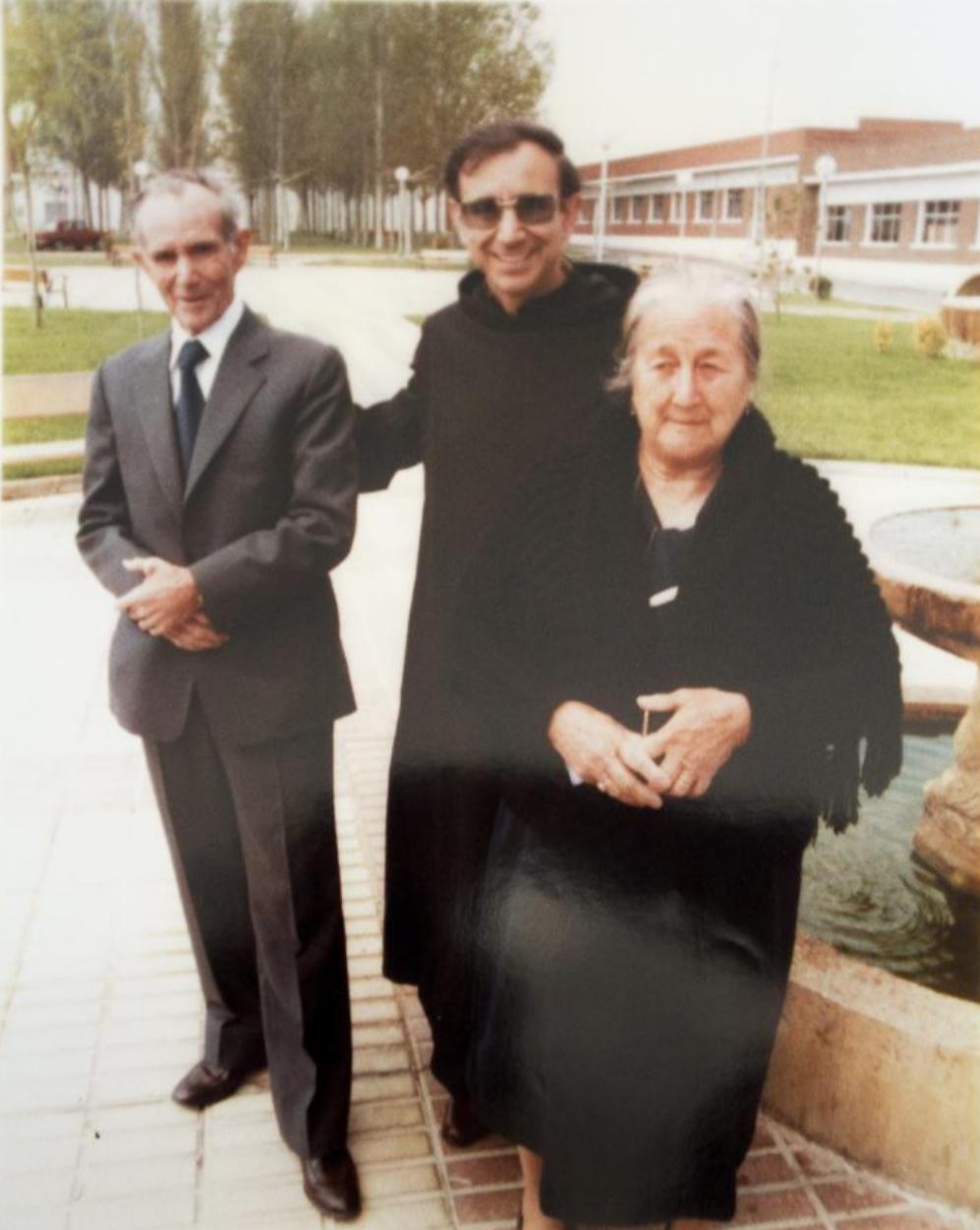 Con su padre Gregorio y su madre, siendo ya sacerdote.