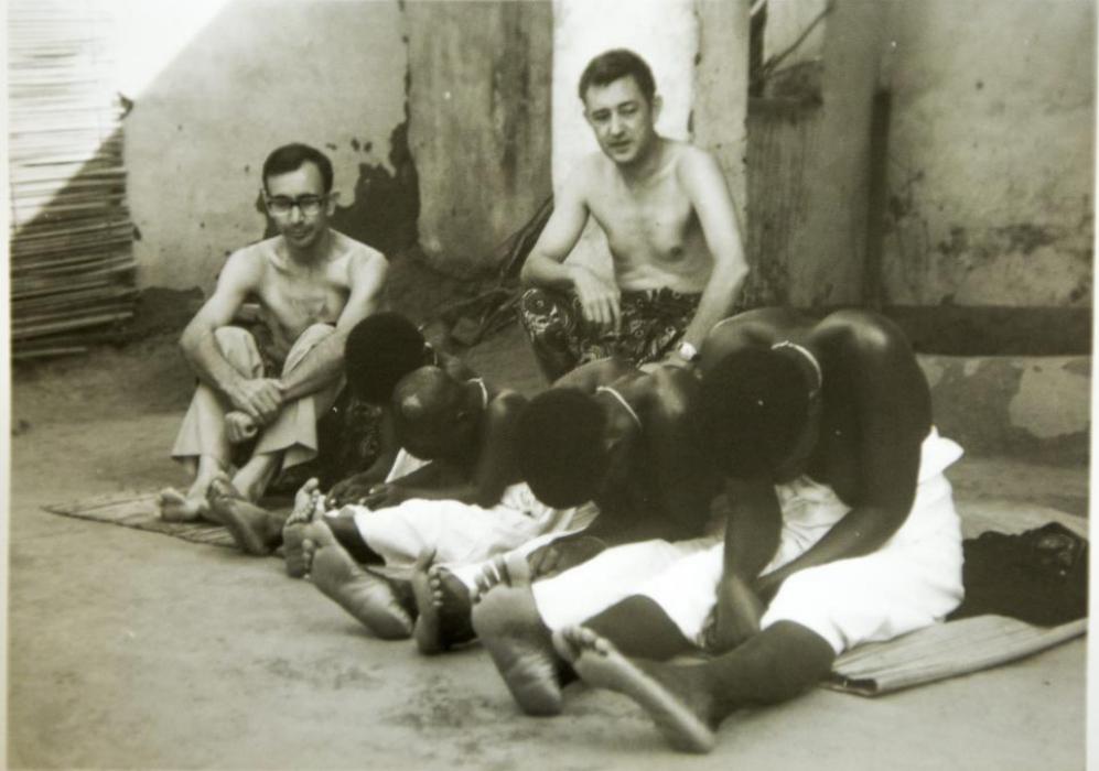 El padre Miguel, a la izquierda, en una imagen de sus primeros años...