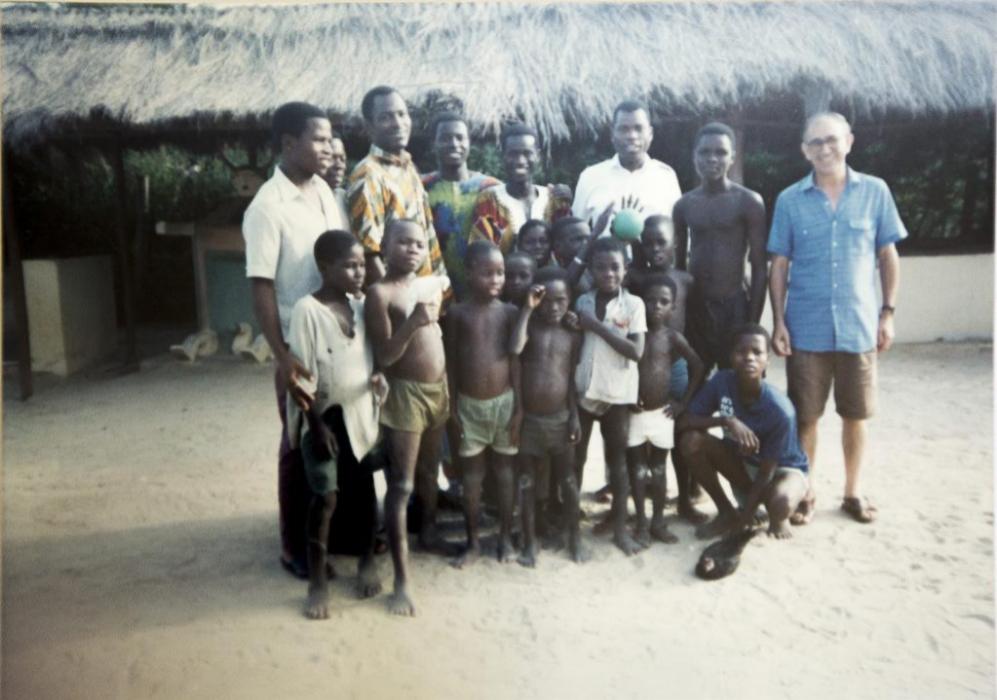 El padre Miguel en uno de sus viajes a África.