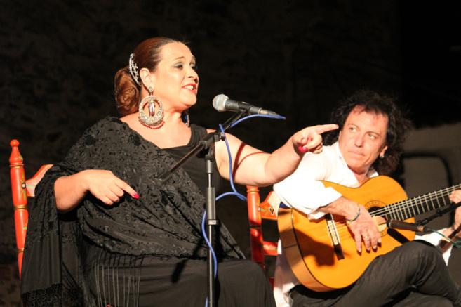 Manuela Cordero y el guitarrista Antonio Carrión, durante su...