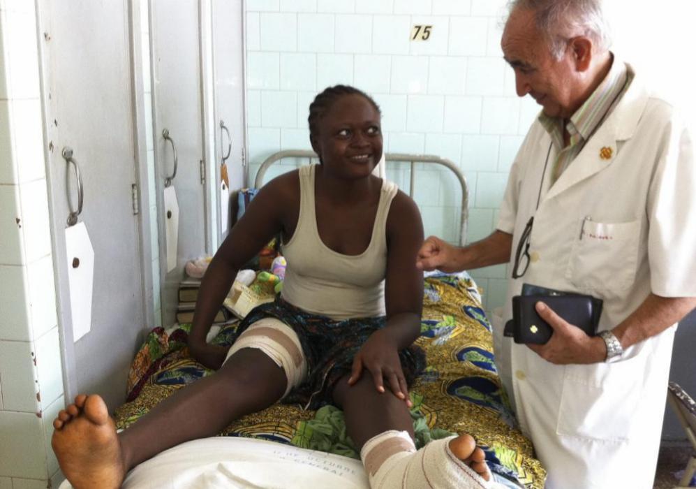 El misionero visita a una enferma en el hospital.