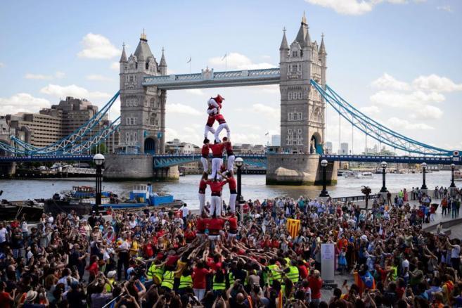 Un grupo de casteller frente a la Tower Bridge de Londres.