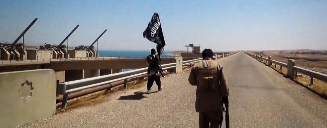 Yihadistas del IS ondean una bandera islámica sobre la presa de Mosul