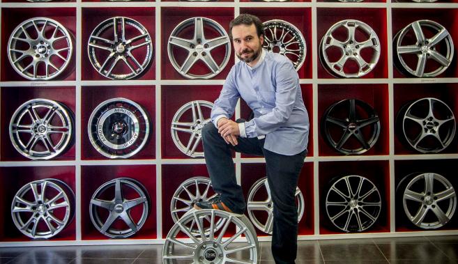 Zigor Zarraga, rodeado de llantas, el producto estrella de su empresa.