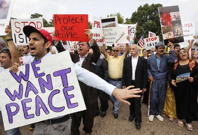 Activistas kurdos durante una manifestación en defensa del pueblo...