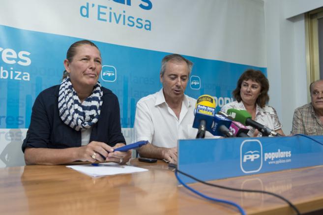 La futura alcaldesa de Ibiza, Virginia Marí, en una rueda de prensa...