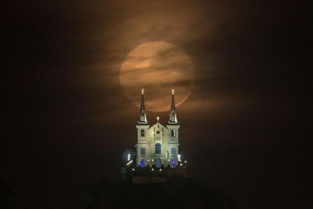 La 'Superluna' sobre la basílica de Nossa Senhora da Penha, en Río...