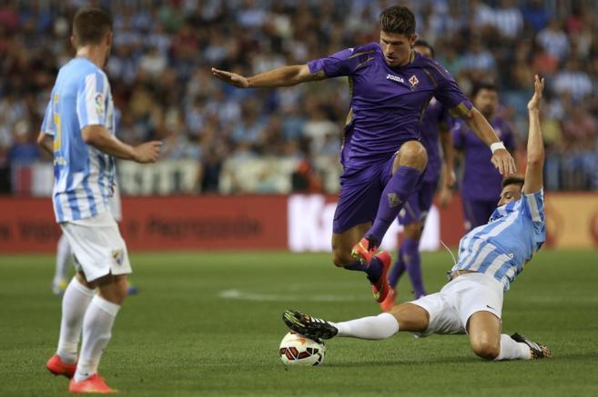 Lance del partido entre el Málaga y la Fiorentina en La Rosaleda.