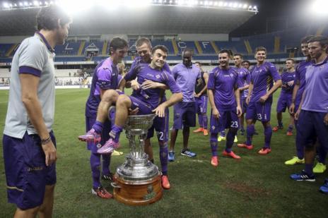Los jugadores de la Fiorentina bromean con el trofeo del Costa del...