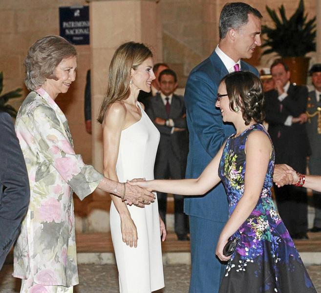 La estudiante Laura Venzal fue recibida por los Reyes en la recepción...