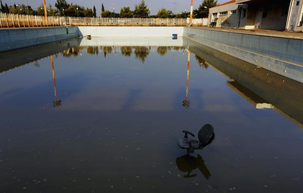 Una piscina en la Villa Olímpica, pasto del abandono.