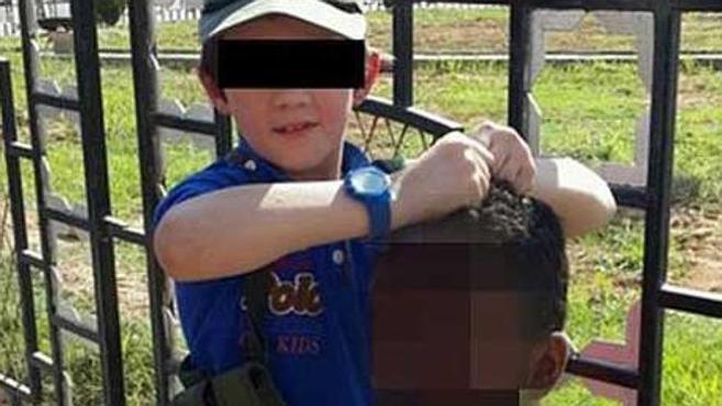 El chico, con la cabeza de un soldado en Raqqa (Siria).