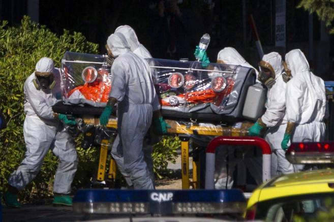 Momento del traslado del sacerdote Miguel Pajares, enfermo de ébola.