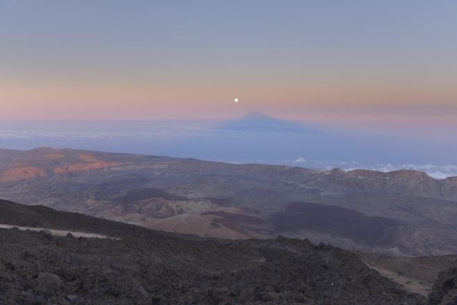 La Superluna alineada con la sombra del Teide