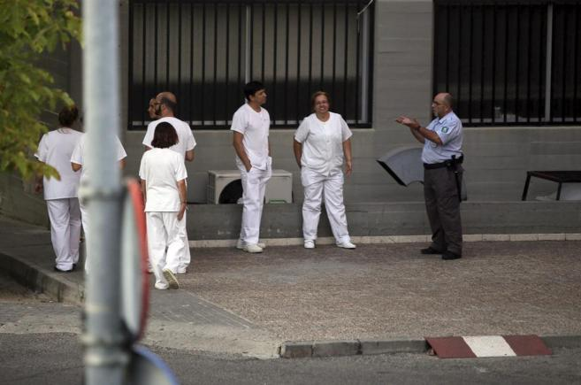 Trabajadores en la puerta del Hospital Carlos III donde Miguel Pajares...