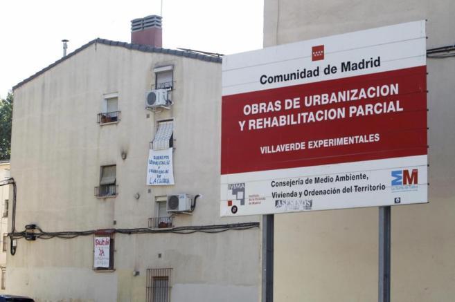 Vecinos de la Colonia Experimental de Villaverde Alto colocan...