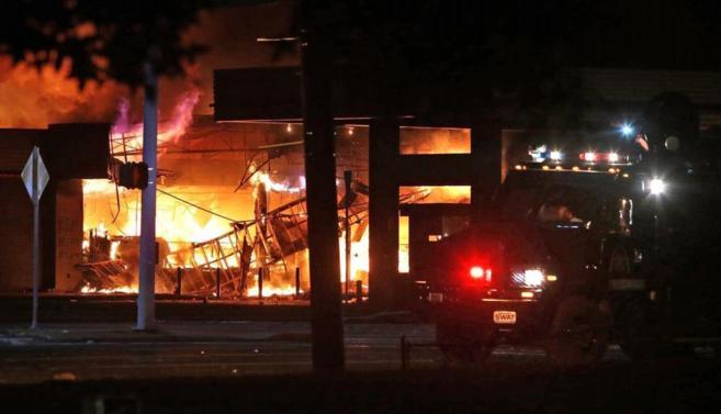 Una gasolinera ardió ayer por la noche en Ferguson, durante los...