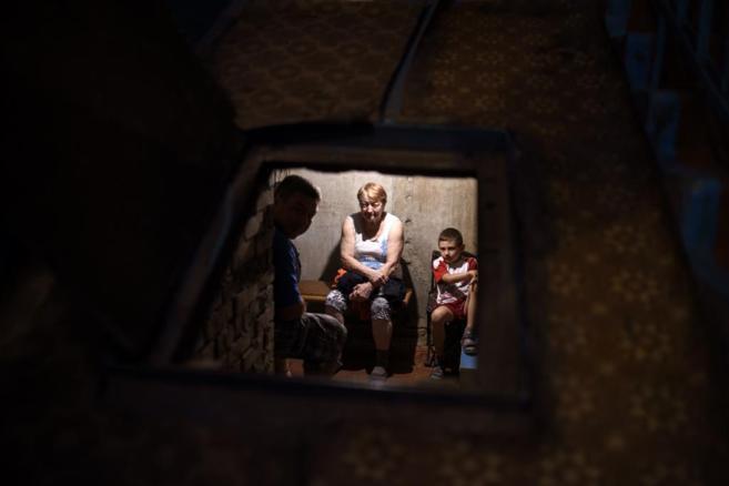 Varios civiles, en un refugio antibombas de Donetsk.
