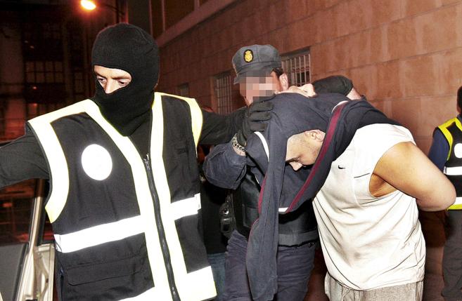 Agentes de la Ertzaintza, durante una operación contra islamistas...